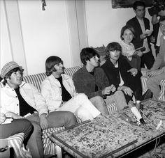"Vendida por 790.000 dólares una copia del ""White Album"" de The Beatles  http://www.elperiodicodeutah.com/2015/12/alfombra-roja/vendida-por-790-000-dolares-una-copia-del-white-album-de-the-beatles/"
