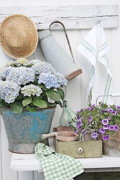 Klart vi må bruke favoritt fargene utendørs i sommer også :) Gamle skatter og blomster sørger for at de herlige fargene dukker opp her og...