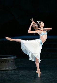 Svetlana Zakharova - Bolshoi Ballet- as Nikiya in La Bayadere Svetlana Zakharova, Bolshoi Theatre, Bolshoi Ballet, Ballet Dancers, Contemporary Dance, Modern Dance, Royal Ballet, Ballerine Vintage, Princesa Tutu