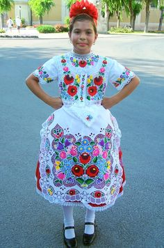 FolkCostume: Costume of Kalocsa, Bács-Kiskun county, Hungary-Hungarian embroidery Hungarian Embroidery, Folk Embroidery, Learn Embroidery, Embroidery Patterns, Floral Embroidery, Stitch Head, Chain Stitch Embroidery, Ideas Prácticas, Arte Popular