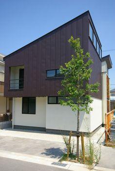 外壁は、屋根材の茶色いガルバリウム鋼板で仕上げている。この写真「ガルバリウム鋼板の外壁」はfeve casa の参加建築家「波々伯部 みさ子/一級建築士事務所アールタイプ」が設計した「中庭のある家-02」写真です。「スマート」に関連する写真です。「外観が見たい 」カテゴリーに投稿されています。