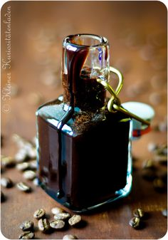 Schoko-Sirup, aber nicht irgendeiner … Homemade chocolate syrup from the small curio shop. Chocolate Syrup, Chocolate Coffee, Homemade Chocolate, Chocolate Desserts, Dessert Oreo, Liqueur, Food Gifts, Cakes And More, Diy Food