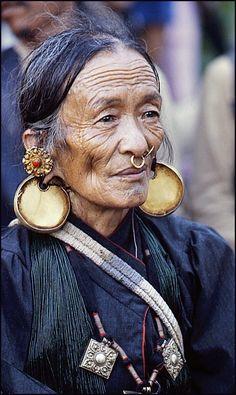 Elderly Limbu woman, Kashba, Nepal (photo by Ais Loupatty & Ton Lankreijer) Photo Portrait, Portrait Photography, Woman Portrait, Digital Photography, Travel Photography, We Are The World, People Around The World, Potnia Theron, Costume Ethnique