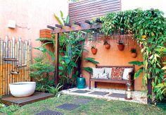 A fonte é composta de três bicas de bambu, que conduzem a água até o grande vaso. O painel, também de bambu, esconde a fiação responsável pe...