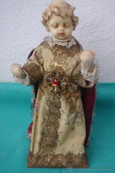 NIÑO JESÚS -S.XIX-. FIGURA VESTIDERA CON CABEZA Y MANOS REALIZADOS EN CERA. DIM.- 32 CMS. (Arte - Arte Religioso - Escultura)