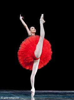 Zakharova: piernas perfectas en dehor... brazo y mano crispada.. que pena, si no, la foto hubiera sido perfecta.