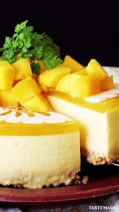 Here's how to make a no-bake mango cheesecake that's sure to impress Mango lovers, unite! Here's how to make a no-bake mango cheesecake that's sure to impress Mango Desserts, Mango Recipes, Köstliche Desserts, Sweet Recipes, Juice Recipes, Mango Cheesecake, Cheesecake Recipes, Turtle Cheesecake, Classic Cheesecake