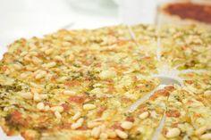 Hämmentäjä: Pestopizza ja paahdettu päärynäsalaatti. Pestopizza and roasted pear salad.