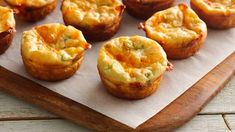 Great parties start with great appetizers. Smoked salmon and cheese baked into tiny tarts will pave a flavorful way to a grand evening. Best Appetizers Ever, Best Appetizer Recipes, Easter Recipes, Appetizers For Party, Seafood Appetizers, Fresco, Smoked Salmon Appetizer, Parchment Paper Baking, Salmon Recipes