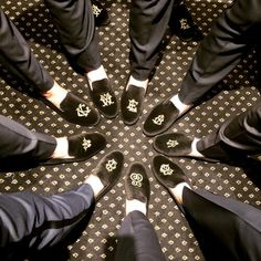 🎵Put your right foot in🎵... custom embroidered loafers! ⠀ What a classic groomsmen's gift to be worn on the big day. These velvet loafers are created by hand by the artisans @smythe.digby and has many options for customization. ...and that's what it's all about! . . . #groosmengift #customloafers #weddinggift #giftsforhim #weddingday #groomsmen #monogram #weddingmonogram #monogramchic #vintageletters #personalizedloafers #weddingshoes