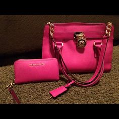 Michael kors purse and wallet Just like new, Only used for a short time! To small for my likings:) Michael Kors Bags