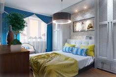 спальня,спальня яркая,синий цвет в интерьере,жалюзийные двери,кровать,синие шторы