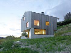 Construído na 2013 na Saint-Martin, Suíça. Imagens do Thomas Jantscher. Localizado em Val D'hérens, o novo edifício,orientado para o sul, goza de uma impressionante vista sobre o vale. O terreno em declive oferece um...