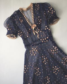 navy dress with gold details Glam navy dress with gold detailsGlam navy dress with gold details Pretty Outfits, Pretty Dresses, Beautiful Outfits, Vintage Dresses, Vintage Outfits, Vintage Fashion, 1940s Fashion, Vintage Vogue, Mode Outfits