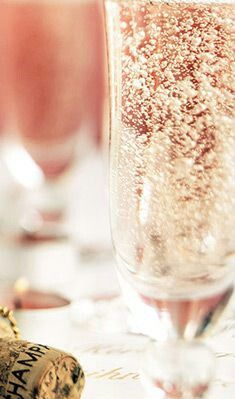 Gatsby style: wedding inspiration part 2 Gatsby style: wedding inspiration The post Gatsby style: wedding inspiration part 2 appeared first on Champagne. champaña Gatsby style: wedding inspiration – part 2 Champagne Brunch, Champagne Recipe, Champagne Cocktail, Sparkling Wine, Pink Champagne, Ladies Night, Whisky, Gatsby Style, Banana Cream