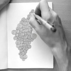 Discover recipes, home ideas, style inspiration and other ideas to try. Easy Doodle Art, Doodle Art Designs, Doodle Art Drawing, Zentangle Drawings, Doodle Patterns, Zentangle Patterns, Art Drawings Sketches Simple, Easy Drawings, Drawing Ideas