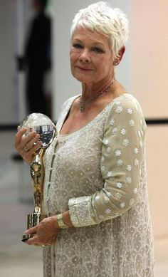 A lagenlook Magyarországon kvff judi dench 020711 Short Hair Older Women, Haircut For Older Women, Short Grey Hair, Permed Hairstyles, Short Hairstyles For Women, Short Hair Styles, Gray Hairstyles, Super Short Hair, Judy Dench Hair