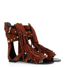 """Inspiration """"Afro Wild"""" pour la sandale en daim rouge à bride avec clous dorés : son âme trouve expression dans la danse fluide et légère des franges qui évoque à l'esprit les images de Veruschka de Franco Rubartelli. Découvrez la nouvelle collection Reine D'Afrique sur le nouveau e-store Giuseppe Zanotti Design. http://www.giuseppezanottidesign.com/fr/women/african-queen_gid21945/?macro=====D=P,E======="""