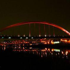 Instagram【catelizawll】さんの写真をピンしています。 《雖然饒河夜市沒有士林夜市擠,可是有名的小吃店幾乎都要排隊。當已經習慣平日出去不用人擠人,突然要排隊有點不習慣。  #台北 #夜市 #夜景 #河 #慢活 #taiwan #view #river #night #relax》