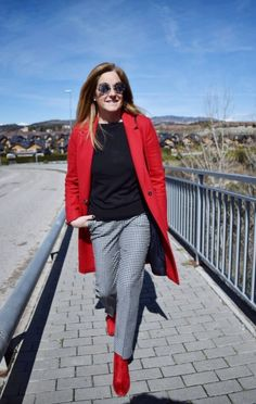 125 pretty women spring outfits ideas you should try- page 45 > Homemytri. Casual Chic Outfits, Fashion Outfits, Fashionable Outfits, Red Coat Outfit, Red Shoes Outfit, Booties Outfit, Outfit Pantalon Rojo, Spring Outfits Women, Winter Stil