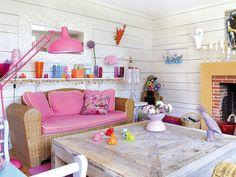 Una casa divertida y multicolor