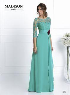 Vestido de fiesta #Madison confeccionado en gasa verde agua, falda evasé lisa con pañuelo en cintura y cuerpo palabra de honor cubierto de tul con pedrería al tono.