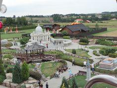Park Miniatur w Inwałdzie. Widok z karuzeli. W tle Bazylika św. Piotra odwzorowana w skali 1:15.