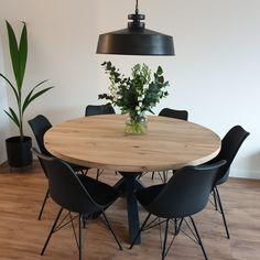 Home Living Room, Living Room Decor, Oak Dining Table, Black Round Dining Table, Industrial Dining, Beautiful Dining Rooms, Dining Room Inspiration, Dining Room Design, Home Interior Design