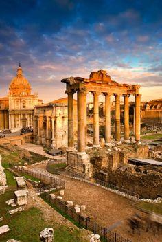 Templo de saturno, en el foro de Roma.  Fue erigido en el 498 a.e.c., está situado al sudoeste de los Rostra, en las pendientes del Monte Capitolino.El templo consta de un pórtico hexástilo con columnas jónicas sobre un alto podio  (analy magaña)