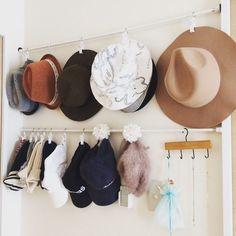 帽子の数が増えてくると、収納の仕方に悩みますよね。重ねておいてあると、下の方の帽子が取り出しにくくなったりしませんか? そこで、今回の【kufura収納調査隊】は、収納上手な達人たちが実践している帽子の収納術について調査してきました。達人たちのInstagramを参考にしながら、上手に収納していきましょう! Panama Hat, Instagram, Home, Ad Home, Homes, Haus, Panama, Houses