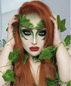 Poison Ivy makeup and disguise for a unique Halloween look Halloween Poison Ivy Cosplay, Poison Ivy Costumes, Poison Ivy Kostüm, Poison Ivy Halloween Costume, Poison Ivy Makeup, Female Halloween Costumes, Poison Ivy Batman, Halloween Makeup Looks, Halloween Kostüm