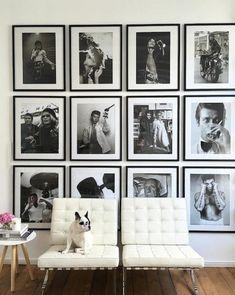 ideas para fotos, pared decorada con fotos vintage, sillones modernos tapizados de piel blanca en capitoné, suelo de parquet