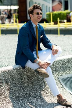 How should chinos fit? Are they business casual? What kind of shoes should you wear with chinos? This guide has all your answers and outfit ideas. Fashion Pants, Mens Fashion, Summer Lookbook, White Pants, Stylish Men, Swagg, Menswear, Style Inspiration, My Style