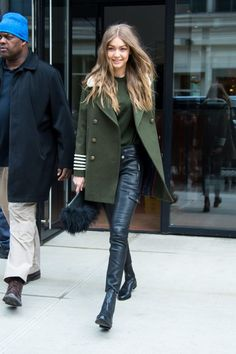 We love Gigi Hadid's street style! The model made her Sunday look a military style moment in an army green coat and sweater with black leather pants and ankle boots. For a fashionable flourish? A furry clutch. Gigi Hadid Looks, Gigi Hadid Style, Gigi Hadid 2017, Gigi Hadid Hair, Foto Fashion, Milan Fashion, Fashion Models, Street Fashion, Latex Fashion