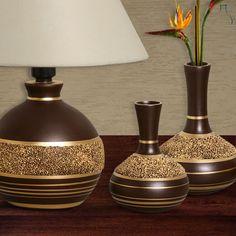 Peças decorativas com detalhes e textura na cor dourado. Combine-as entre si e monte o seu conjunto para uma decoração mais completa.