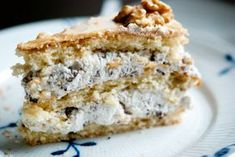 Min mor havde fødselsdag i sidste uge, og det skulle selvfølgeligt fejres med en rigtig lagkage her i weekenden. Jeg synes tit, at lagkage bliver for sødt og vammelt, men den her er en undtagelse. Svinkløv Badehotel havde virkeligt fat i noget af det rigtige, da de fandt på at lave den her l Cook N, Danish Food, Sweets Cake, Cakes And More, Let Them Eat Cake, Sweet Tooth, Food And Drink, Treats, Snacks