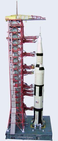 Saturn V Launch Umbilical Tower (LUT) Model Kit 1:96 Revell