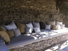 Coussin Exterieur sur mesure salon de jardin banquette Outdoor Sofa, Outdoor Furniture, Outdoor Decor, Pool Houses, Terrazzo, Rooftop, Backyard, Architecture, Banquettes