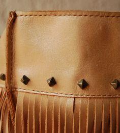 Detalhe bolsa de couro com franjas. Mab Store www.mabstore.com.br