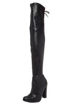 Bota Over The Knee Via Marte Amarração Preta, com cabedal em acabamento engraxado, bico redondo e salto geométrico. Possui cano over knee de 57cmx74cm com detalhe em amarração e fechamento por zíper.