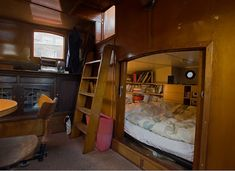 Je ne sortirais pas loin - Home Decora La Maison Small Space Living, Tiny Living, Small Spaces, Living Spaces, Mini Loft, Narrowboat Interiors, Boat Bed, Living On A Boat, Sailboat Living