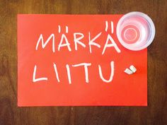 Hupsutteluja: Taidetta märällä liidulla // Wet Chalk on Paper - easy and quick invitation to create or art project for kids