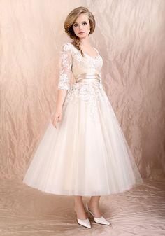 Los vestidos de novia midi también son toda una tendencia con ese toque clásico