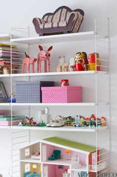 String shelf Photo: Wonderdeco String Shelf, Playroom Ideas, Little People, Girl Room, Shelving, Alice, Room Decor, Rooms, Decor Ideas