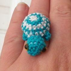 Kawaii amigurumi anillo con una turquesa tortuga y blanco de 3 cm. Que está enganchado con un gancho 1 y los hilados de algodón. Es fabricado por mí mismo en mis Bressans estudio. Usted puede...
