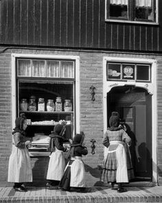 Meisjes in klederdracht met kaper, Volendam (1950-1960) Cas Oorthuys #NoordHolland #Volendam
