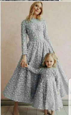 Fancy dresses Mom& daughter in one style - photo ideas of beautiful images Mommy Daughter Dresses, Mother Daughter Dresses Matching, Mother Daughter Fashion, Mommy And Me Outfits, Mom Dress, Baby Dress, Girl Outfits, Fashion Mode, Girl Fashion