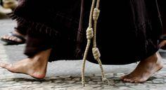 Detalhe dos pés de um frade franciscano, no Centro de São Paulo. 07/05/2007. Foto: NILTON FUKUDA/AE
