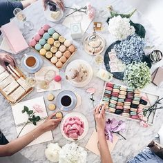 Instagram 上的 Yan:「 Tea time with the my favs Thanks @thedailyedited @ladureeau @summersfloral @pondboutiques for having all of us and providing every flatlayers dream come true, props galore #tdexladureeflatlays 」
