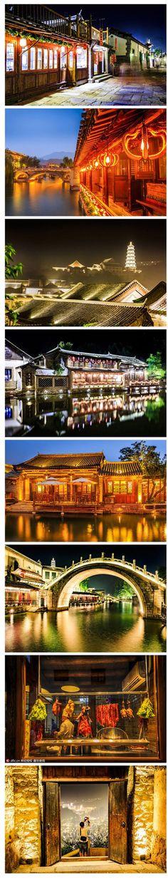 Pitorescas vistas noturnas da cidade das águas de Gubeikou, condado de Miyun, Pequim, China. A cidade é uma rara combinação de montanhas, água e aldeia  antiga. É caracterizada pelo estilo arquitetônico do norte, e a história e a cultura do final da dinastia Qing (1644 - 1911), e o período histórico do início da República da China (1912 - 1949). Com uma história de milhares de anos, lá estão fileiras de casas, ruas de quartzito antigo e Hutongs. Canais de rios estão espalhados entre as ruas.